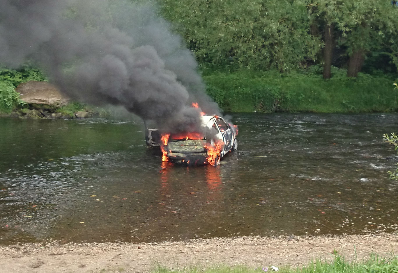 The car on fire in the River Roch